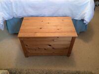 Pine lift-top chest/storage box
