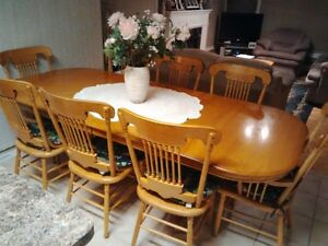 Solid Oak Table (2 leaves) with 6 chairs and 2 arm chairs Oakville / Halton Region Toronto (GTA) image 1
