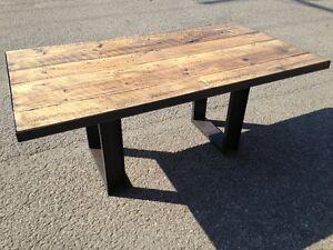 Table en bois de grange avec contour et pattes en acier