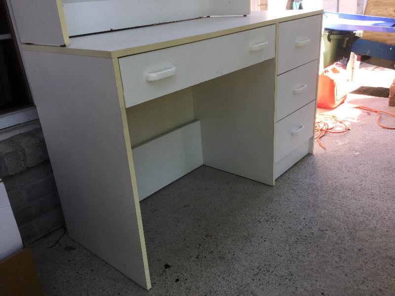 Bureau de travail blanc avec huche amovible bureaux laval rive