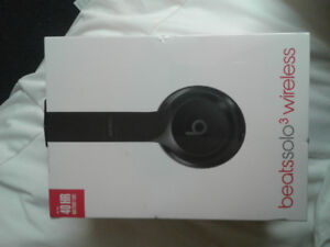 BRAND NEW** beatssolo3. NEVER OPENED NEVER USED IN ANY WAY