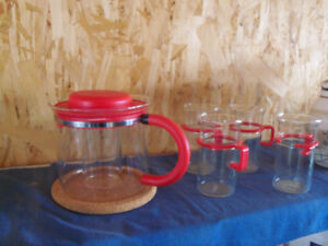 Vintage BODUM glass teapot with GLASS infuser and 4 glass mugs.