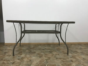 Selling patio table and chairs.