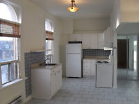 College St & Dovercourt Rd - 1 bedroom available Oct.1