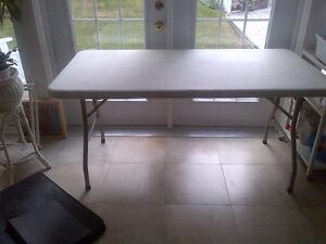 Sturdy fold-up table