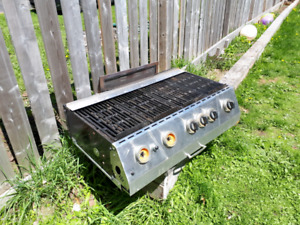 Barbeque 5 burner like new only 2 years old