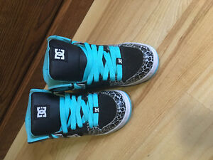SIZE 6 LIKE NEW DC SHOES