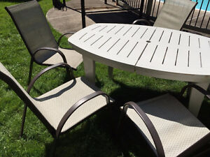 Extendable patio table