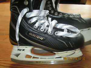 Bauer supreme 4.5 EE NEW missing one lace.