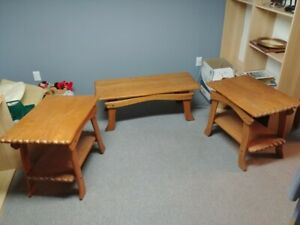 Trois tables de salon en bois massif vintage