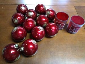 Boules de Noël et chandeliers