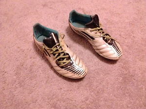 Adidas Traxion soccer cleats - Size 9.5