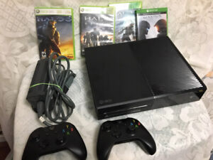Xbox One console with 2 Controllers and Halo Games