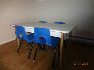 Table de garderie +4 chaises