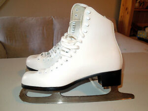 WOMANS FIGURE SKATES
