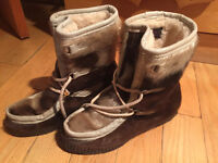 Authentic Leather all FUR - Canadian boots ( size 38 )
