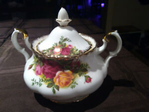 Old Country Rose Covered Sugar Bowl
