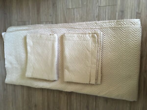 Double quilted bedspread with shams
