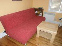 Divan-lit (clic-clac) rouge en excellent état et table en pin