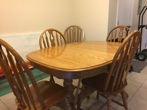 Like new - Solid Oak - Canadian Made - Dining Room Set