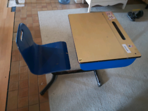 Children's School desk Located in Glenburnie area.