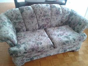 Sofa deux places / divan / couch en bon état