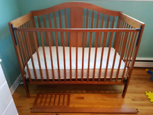 Crib/toddler bed with natural cotton mattress
