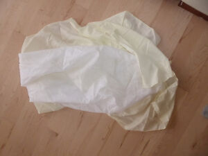 Light yellow crib skirt, excellent condition