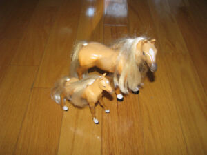 Un cheval de Barbie et son poney/A Barbie horse and its pony