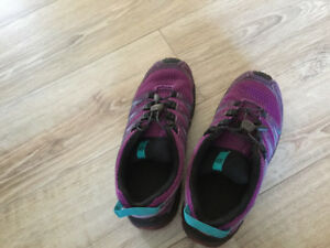 1 paires of good Salomon hiking shoe