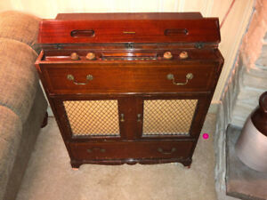 ANTIQUE RADIO/RECORD PLAYER