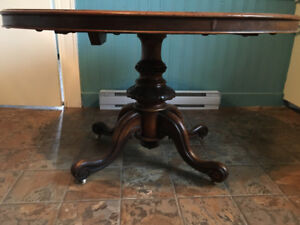 Antique English tilt-top loo table