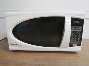Gently Used Danby 700 watt Microwave / clean & good working cond