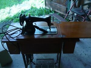 MACHINE A COUDRES SINGER  ANTIQUE