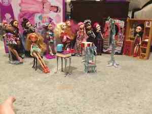 Set of Ever After High dolls and accessories