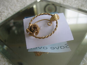 ATTRACTIVE LITTLE VINTAGE GOLDTONE BROOCH from the '60.'s