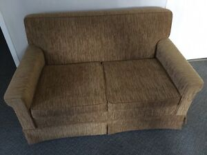Love-seat for sale / divan à 2 places à vendre