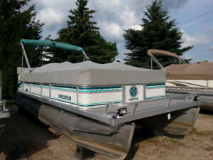 1995 22' Crest Pontoon with 40hp Mariner Motor