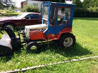Tracteur à gazon et un souffleur
