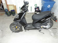 SCOOTER PIAGGIO TYPHOON 2013 et accesoires COMME NEUF !!!