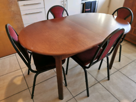 Extendable Dining Table with chairs x 4