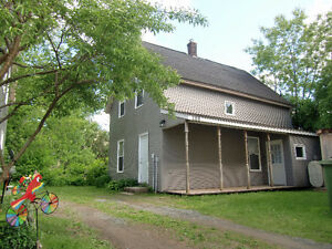 """""""Windsor Cozy 2br House - Ideal for couple or senior on Quiet St"""
