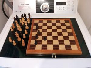 Chess wood game/ échequier en bois artisanal avec pièces.
