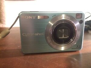 Sony cyber shot 7.2 megapixel camera with carry case