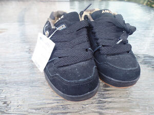 New Airwalk Size 1 Youth Shoes - Suede