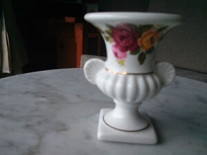 OLD COUNTRY ROSES  MINIATURE URN VASE ASHLEYDALE