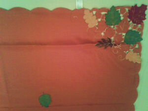 Elegant table cloth and 4 round place mats in fall colours - NEW Kitchener / Waterloo Kitchener Area image 1