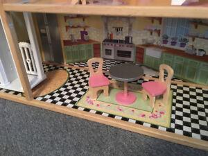 Grande maison de poupées avec mobilier complet !