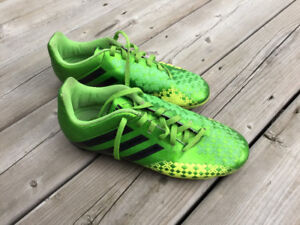 Soccer shoes! Size 5.5 US