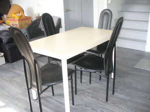 ens. table et 4 chaises en cuir (table 48 X 27 X 30)